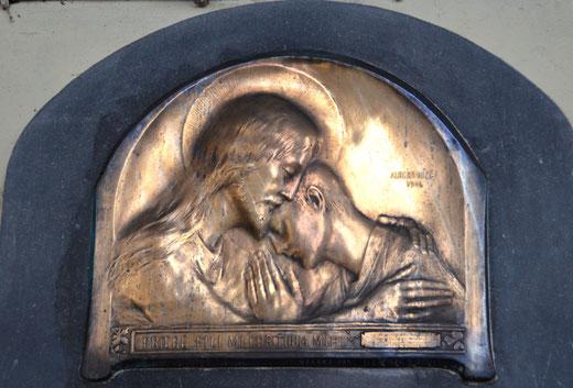 Bronze doré au-dessus d'une plaque commémorative dans l'église de Domqueur