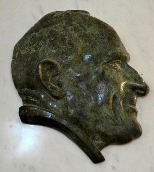 Profil du buste de l'abbé Papillon, curé du Boisle de 1930 à 1957