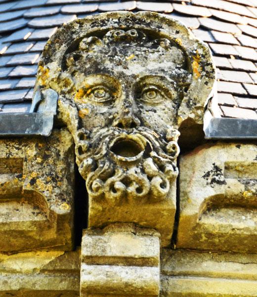 Le visage du Christ entre la toiture et la corniche