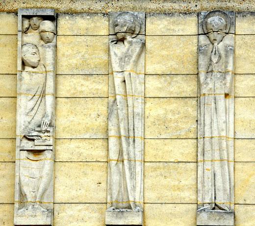 Statues sur la façade de l'église Saint-Pierre de Fouilloy