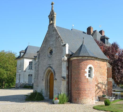 La belle chapelle gothique du château de Thézy-Glimont avec son clocher à campenard et sa cloche apparente