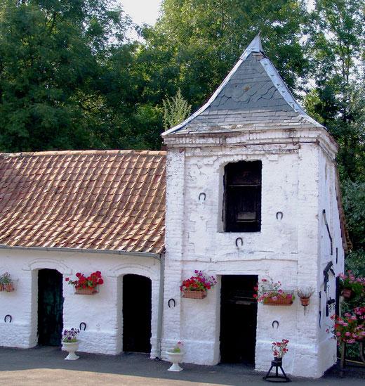 Nampont-St-Martin (hameau de Fresne): le pigeonnier couvert de fers à cheval
