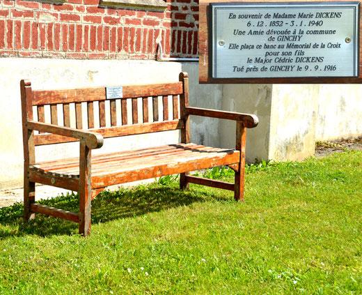 Ginchy, sur la pelouse à droite de l'église: le banc du souvenir de Cédric Dickens