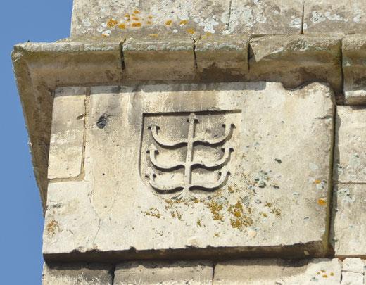 """Eglise de Domart-en-Ponthieu: blason de la famille de Créqui: """"d'or au créquier de gueule"""""""