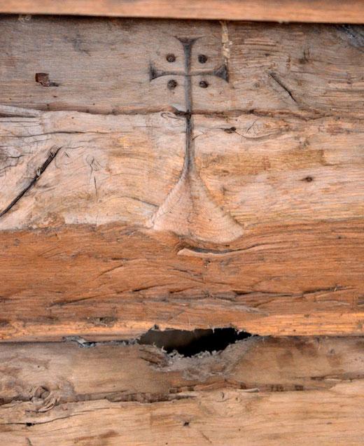 Une croix pattée sur une poutre de l'église de la Neuville-sous-Corbie- Ph: Rémy Godbert