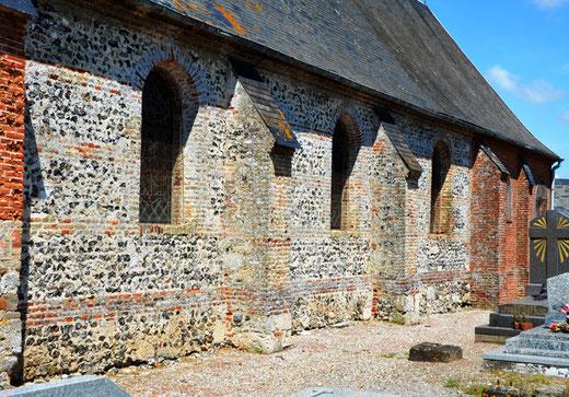 Mur de l'église de Brutelles: brique et silex