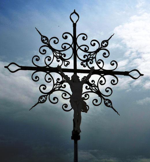 Une croix de tombe dans le cimetière d'Hombleux