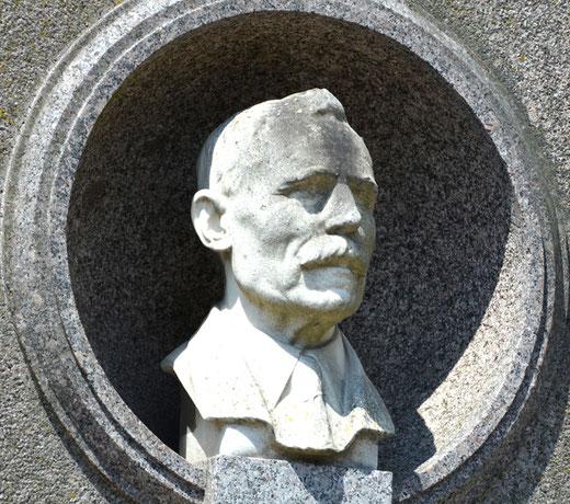 Cimetière de la Chapelle à Abbeville- Buste d'Emmanuel Fontaine