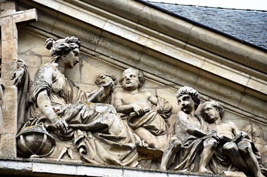 Détail du fronton du petit Séminaire de Saint-Riquier