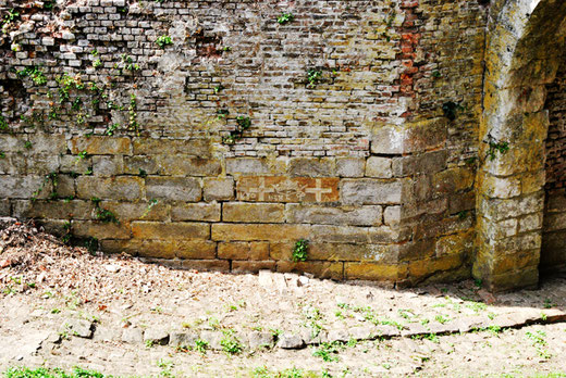 Pierre mystérieuse sur un des murs de la citadelle de Doullens