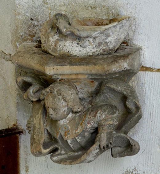 Le bénitier de Saint-Maulvis repose sur un cul-de-lampe de statue