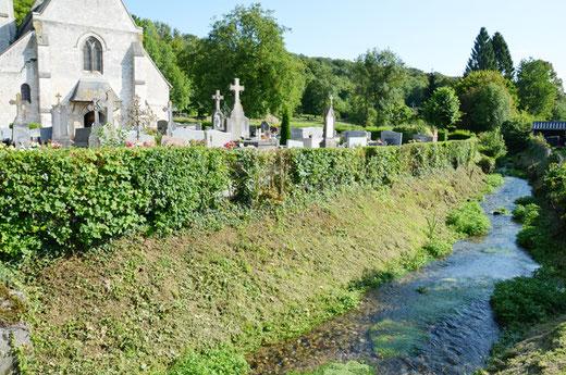 La rivière passe devant le cimetière de Fieffes
