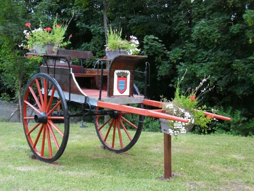 Picquigny! la charrette fleurie avec le blason de la commune- Ph: Gégé d'Oisemont