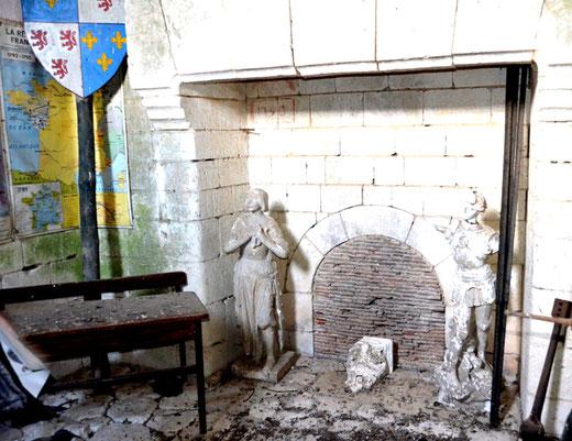 Une salle des classes avec cheminée dans le clocher de l'église