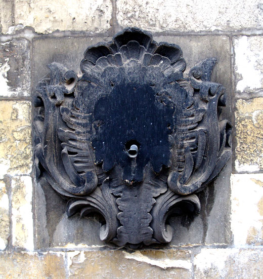Ce qui reste du mascaron de la fontaine Cosserat à Amiens