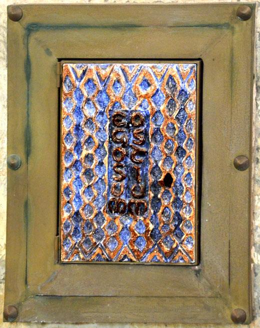 """Le tabernacle de l'église d'Offoy avec cette inscription latine: """"Ego sum ostium"""", """"Je suis la porte"""""""