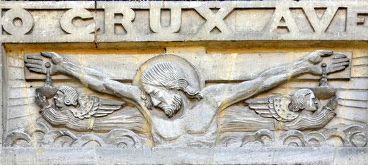 Sculpture de Marceau Darras entre le porche et le tympan de l'église de Morchain