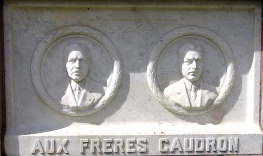 Le socle du monument:  les portraits des deux frères
