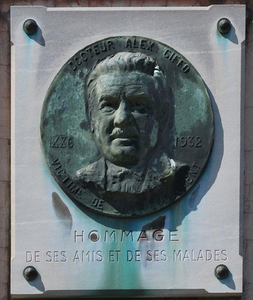 Le médaillon qui rend hommage au Docteur Alex Giffo-Vignacourt (1886-1932)