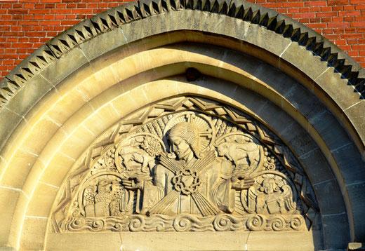 Tympan de l'église de Rollot:  les attributs des évangélistes avec au centre le Christ