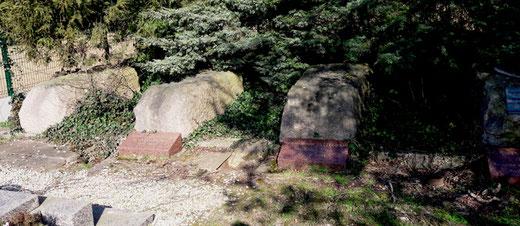 Les blocs de granit au fond du cimetière de Devise