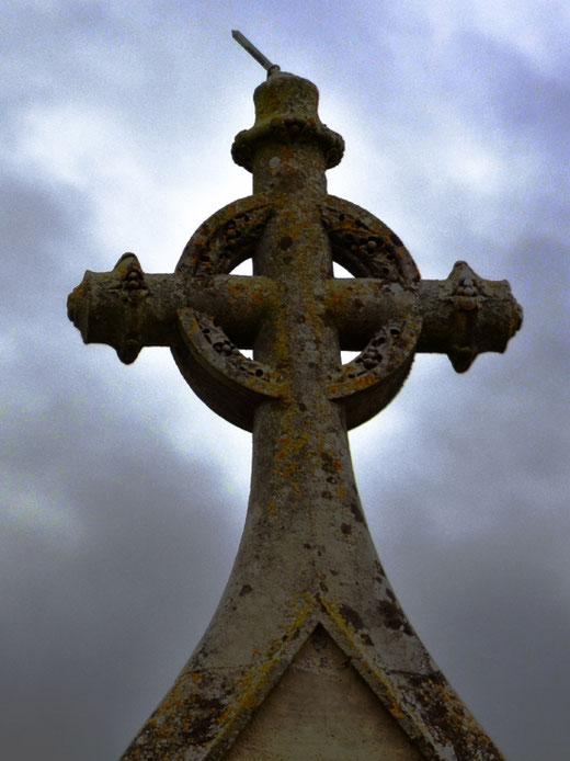 Eglise de PIENNES-Onvillers avec sa croix celtique