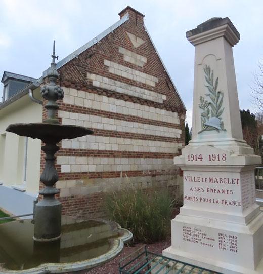 Mairie de Ville-le-Marclet: réfection du pignon brique et pierre entre la fontaine et le monument aux morts-Ph: Jacques Fouré