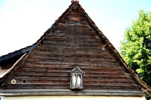 Vercourt- Pignon de maison avec les planches posées à clin.
