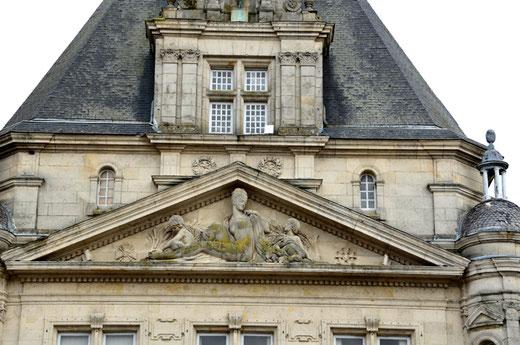 Le tympan de l'Hôtel de Ville de Péronne