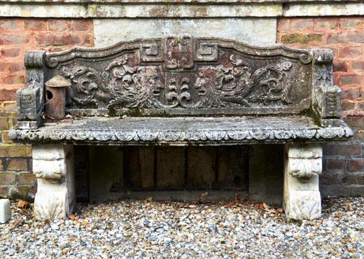 Un banc au dosseret sculpté dans une ferme du Vimeu