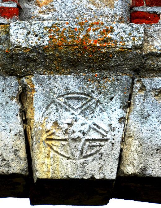 Le pentacle ou pentagramme gravé sur la clé de voûte de la porte du château