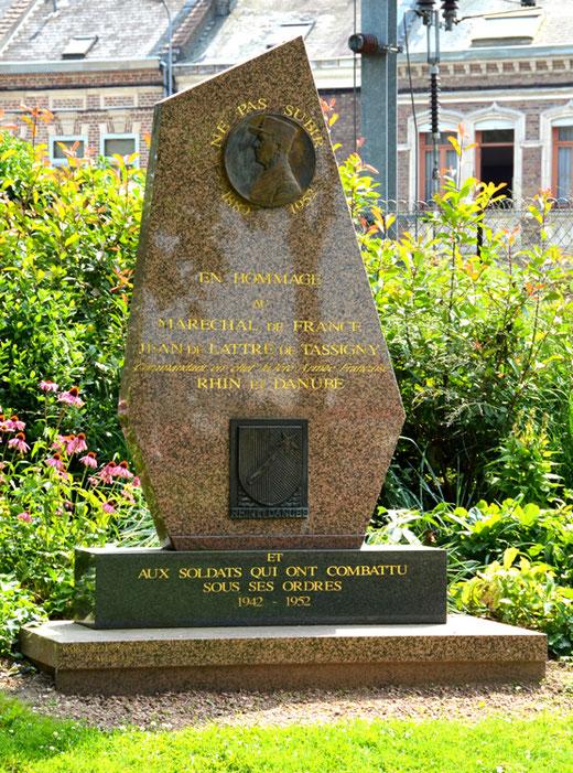 Stéle en hommage au maréchal de Lattre de Tassigny