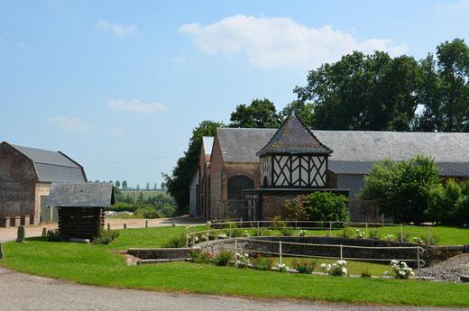 Hymmeville- Les trois éléments du Patrimoine rural réunis sur une même photo: un puits, un pigeonnier à colombages et une mare
