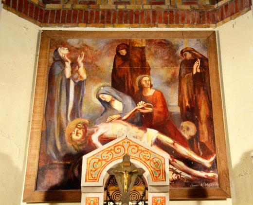 Derrière l'autel de l'église d'Auchonvillers: une pietà signée Raymond Moritz