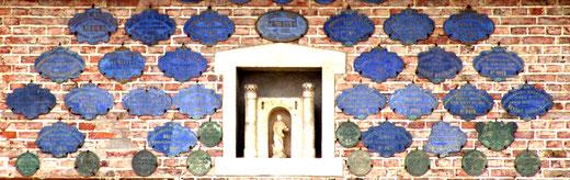 Sur les murs du corps de ferme, les plaques sont protégées par St-Joseph- Fransu