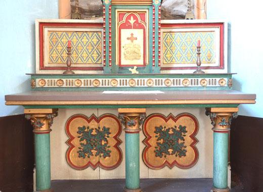 Autel de l'église Saint-Pierre d'Etinehem. Les quadrilobes sculptés sur l'antependium sont une des caractéristiques de l'atelier Duthoit