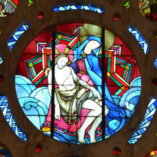 Eglise de Lamotte-Warfusée: Pietà sous forme de médaillon dans un vitrail signé Jacques Gruber