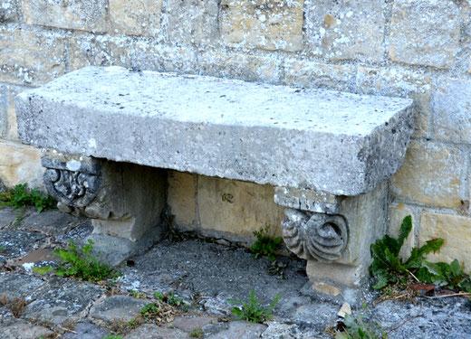 Pargny- Banc de pierre aux consoles sculptées adossé au mur de l'église