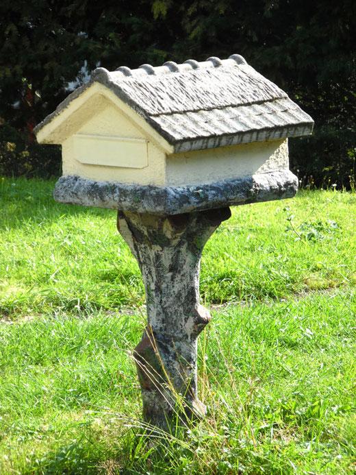 Neuville-au-Bois- Une boite à lettres en forme de chaumière- Ph: Gégé d'Oisemont
