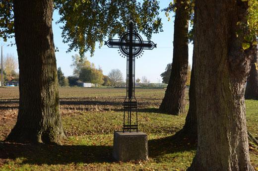 La croix de fer à la sortie du village en direction de Genermont