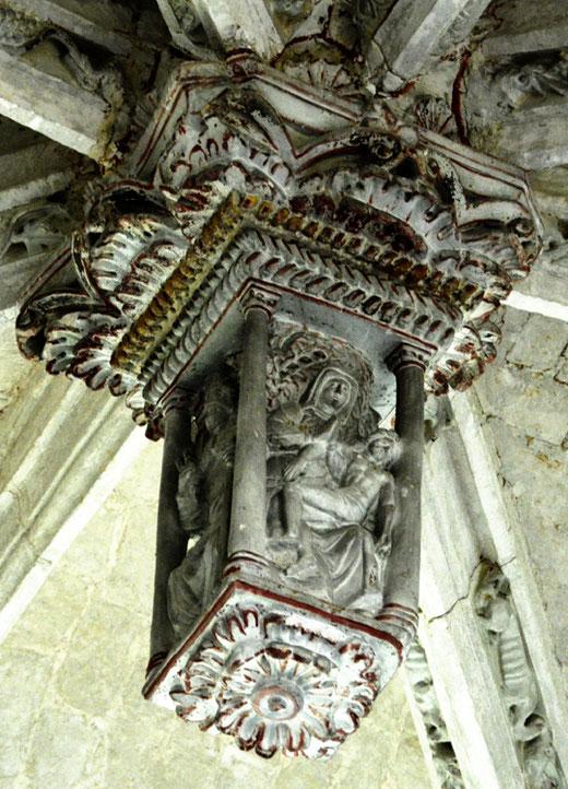 Vierge de pitié sculptée sur une clé de voûte de l'église Saint-Riquier de Liercourt