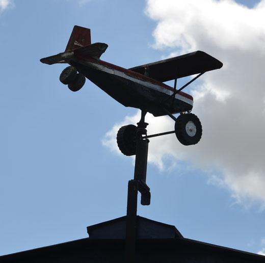 le petit avion de Pertain, près de l'église et prêt à décoller