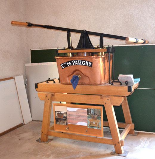 Pompe à bras entièrement restaurée dans l'église de Pargny