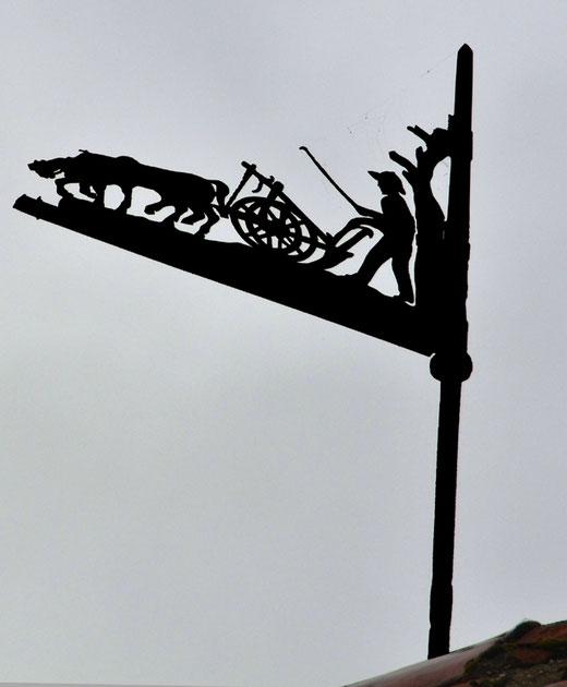 Chevaux ventre à terre à Saint-Maulvispour une vieille girouette