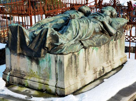 Les gisants du cimetière de la Chapelle