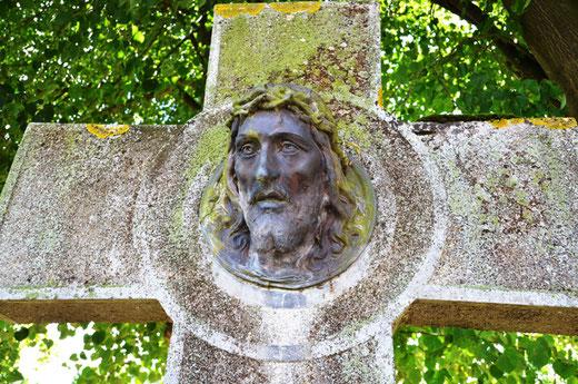 Un christ en bronze dans le croisillon de la croix à Laboissière-en-Santerre