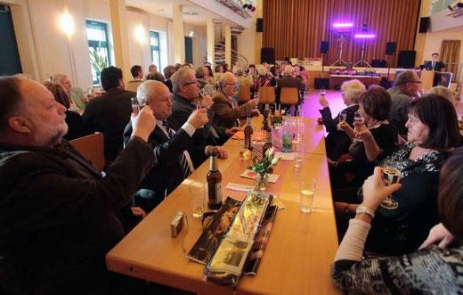 """Foto: Jens Paul Taubert - Auf das Jubiläum ihres Kleingartenvereins """"Frohe Zukunft"""" erheben die Mitglieder im Bürgerhaus ihr Glas."""