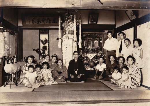 祖父の初盆の写真。左から2番目の男の子が生野さん。この写真を撮ったことはよく覚えているそう。