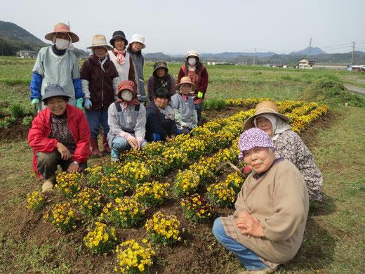 糸永さんの住む集落の環境保全団体「荘グリーンネット」のみなさんと作業後に