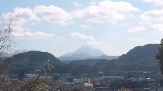 三女神社から見える由布岳(中央)。左は妻垣山、右は龍王山。